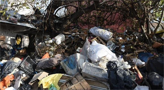 Mersin Tarsus'ta Çöp Ev ve İçinde Bulunduğu Arsadan 10 Kamyon Evsel Atık ve Hurda Malzeme Çıkartıldı