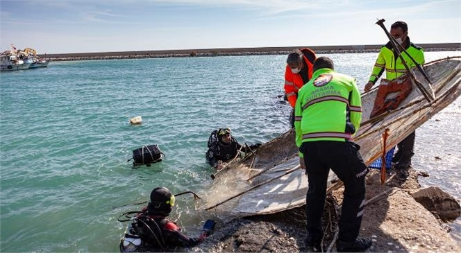 Sorumsuzluk Hem Kirletiyor Hem Öldürüyor! Yavru Köpek Balığı Denizdeki Atıklar Yüzünden Öldü
