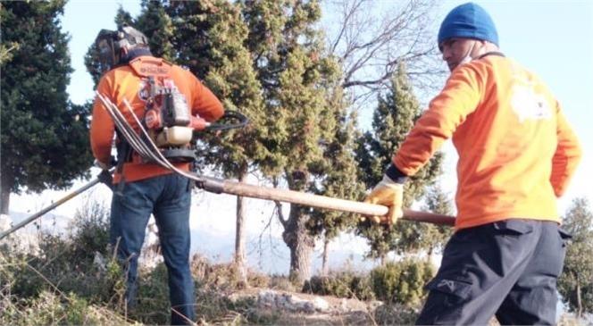 Mersin Büyükşehir Ekipleri, Çamlıyayla'da Mezarlık Alanlarda Temizlik Çalışmalarına Devam Ediyor