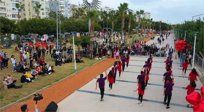 Büyükşehir'in Temizlik Görevlileri Birden Dans Etmeye Başladı! Sevdikleriyle Vakit Geçiren Mersinliler Büyükşehir'in Süpriziyle Karşılaştı