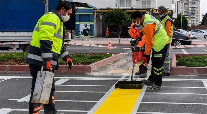 Mersin'in Yaya Geçitleri Görme Engelli Bireylere Uygun Hale Getiriliyor! Yol Çizgilerinin Mutfağındaki Ekip Planlı ve Programlı Çalışıyor