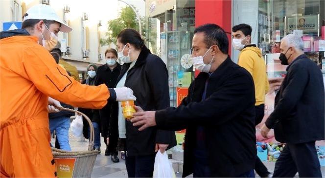 """Sağlıklı Bir Akdeniz İçin """"Turuncu Hareket""""! Kentin Caddelerinde Vatandaşlara ve Esnafa Taze Sıkılmış Portakal Suyu İkram Edildi"""