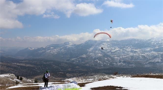 """Toroslar, Yamaç Paraşütüyle Bir Başka Güzel """"Semalarda, Şanlı Türk Bayrağı Dalgalandı"""""""
