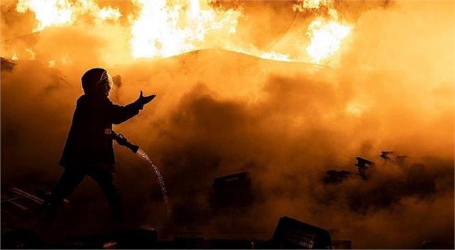 Mersin Tarsus'ta Meydanda Gelen Yangında İş Yeri Yanarak Kül Oldu