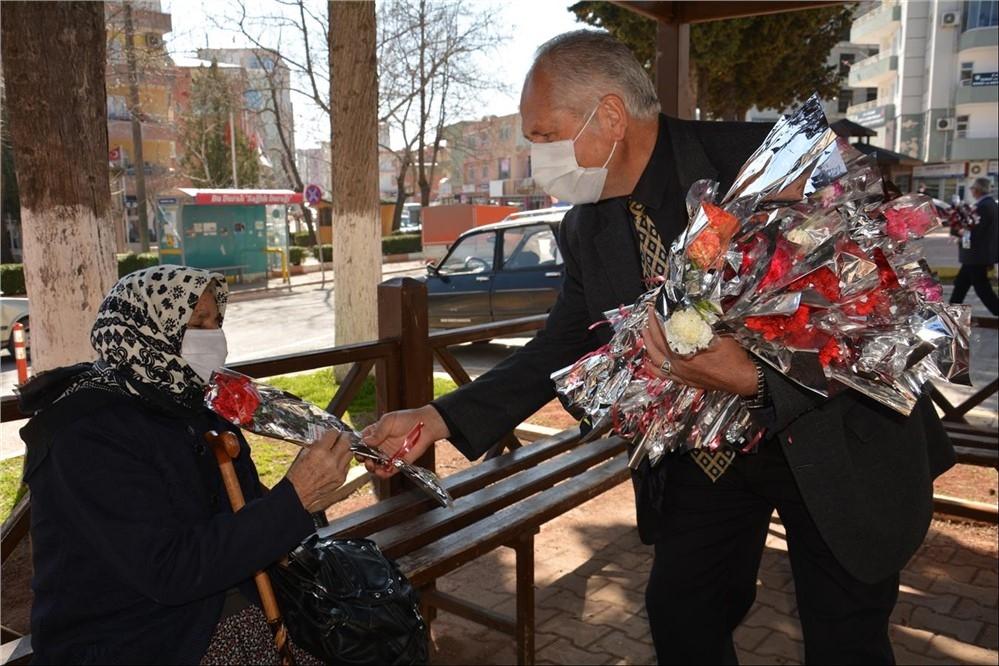 Başkan Ünüvar, 8 Mart Dünya Kadınlar Günü'nü Çiçek Hediye Ederek Kutladı