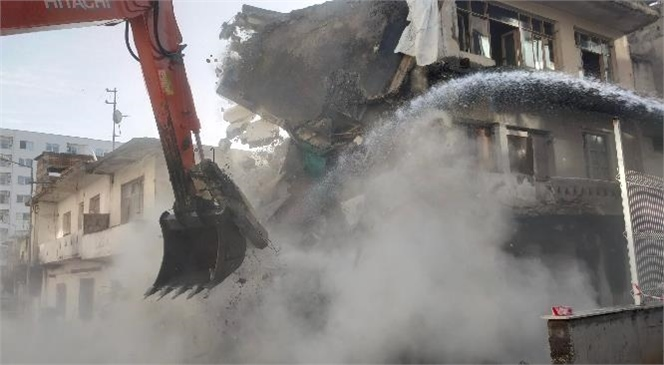Mahmudiye Mahallesi'nde 3 Katlı Metruk Bina Kontrollü Şekilde Yıkıldı