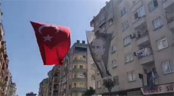 Ses Sistemi Kurup İstiklal Marşımızı Çaldı, Tüm Mahalle Eşlik Etti