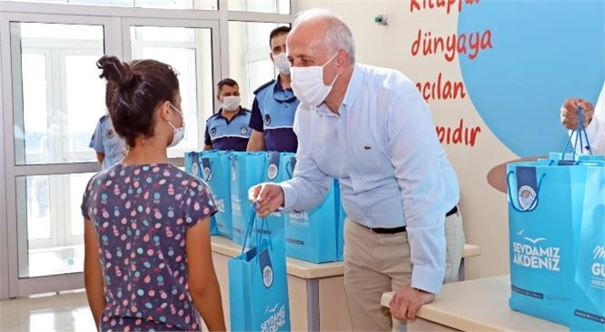 Akdeniz Belediyesi'nin Öğrencilere Desteği Artarak Sürüyor