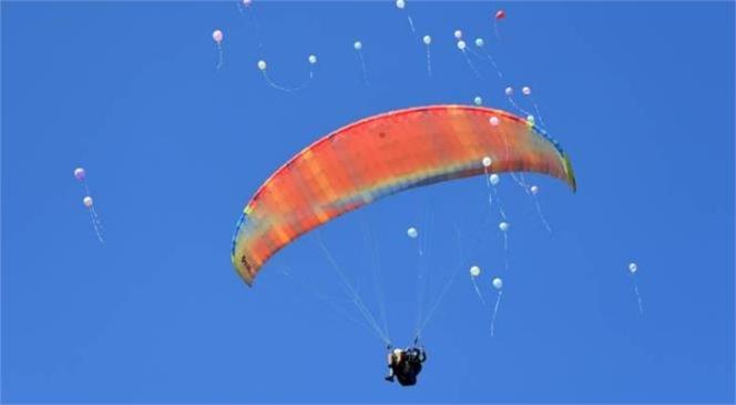 Down Sendromlu Çocuklar, Yamaç Paraşütü İle Göklere Mutluluk Saçtı