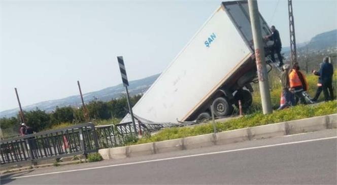 Mersin'de Köprüden Aşağı Uçan Tır Askıda Kaldı