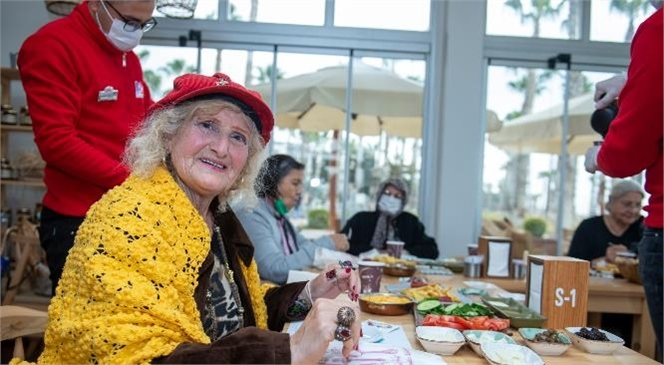 Büyükşehir, 65 Yaş Üstü Vatandaşları Yöreden Kafe'de Ağırladı