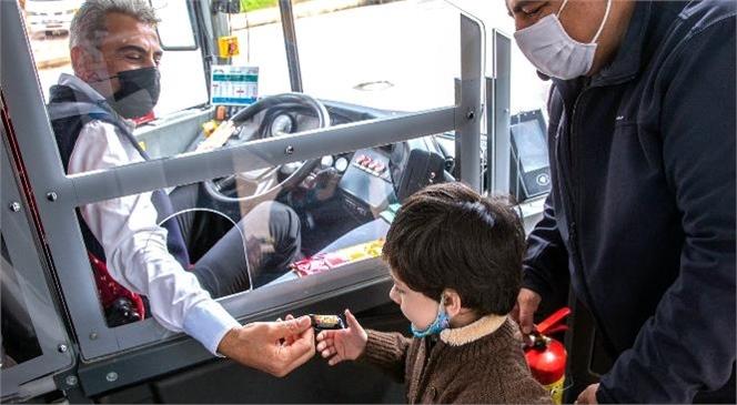 Mersin Büyükşehir'in Otobüs Şoförü Onursal Oksal'ın Davranışları Yolcularını Şaşırtıyor