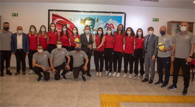 1. Lig'e Yükselen Kadın Voleybolcular Aldıkları Kupayı Başkan Seçer'e Hediye Etti