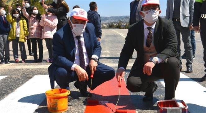 Gülnar'da da Yaya Geçitlerinin Orta Şeritleri Kırmızıya Boyandı