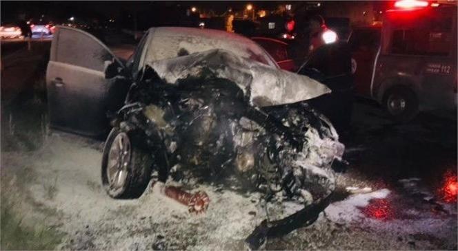 Mersin Tarsus'ta Refüje Çarpan Araç Alev Aldı, Yaralılar Var