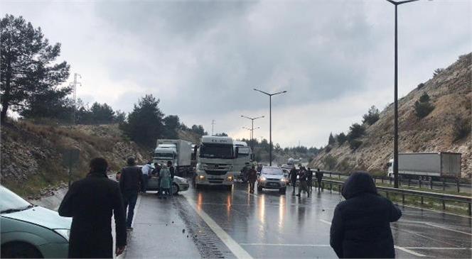 Otoyolda Trafik Kazası 5 Otomobil ve 1 TIR Birbirine Girdi