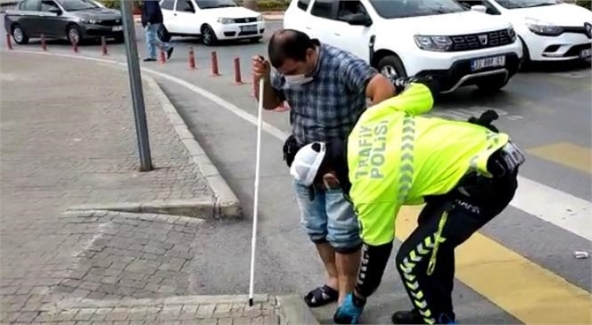 Polis Memurunun Engelli Vatandaşa Yardımı Yüzlerde Tebessüm Oluşturdu