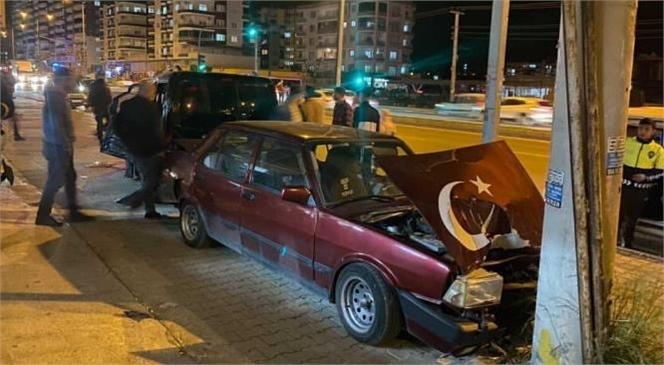 Mersin'de Kırmızı Işıkta Geçen Otomobil Önce Otobüse Ardından Park Halindeki Araca Çarptı