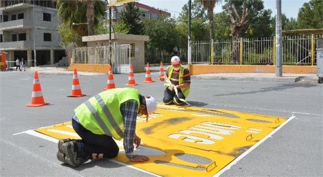 Mersin Büyükşehir Belediyesi, Yaya Güvenliği ve Trafik Akışının Sağlıklı Şekilde İlerlemesi Açısından Yol Çizgilerini Çizmeyi de Sürdürüyor.