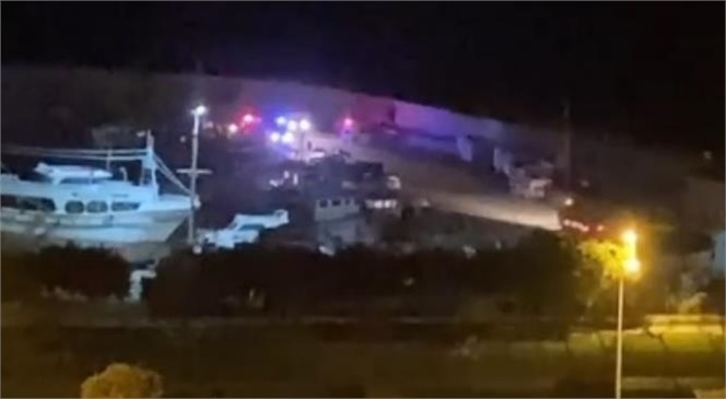 Erdemli'de Gece Saatlerinde Meydana Gelen Kazada Bir Kişi Araçtan Atlayarak Kurtulurken Bir Kişi ise Denize Düşen Aracın İçerisinde Boğularak Hayatını Kaybetti