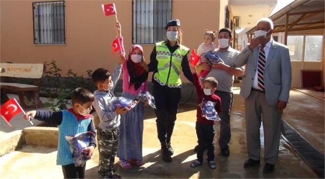 Mersin'de Jandarma Ekipleri Çocuklara Hediyeler Dağıtarak 23 Nisan Coşkusuna Ortak Oldular