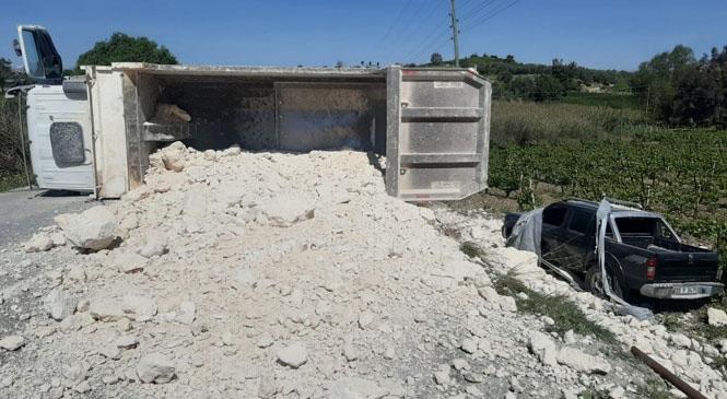 Mersin Tarsus'ta Hafriyat Kamyonu İle Kamyonetin Çarpışması Sonucu Meydana Gelen Kazada 2 Kişi Yaralandı
