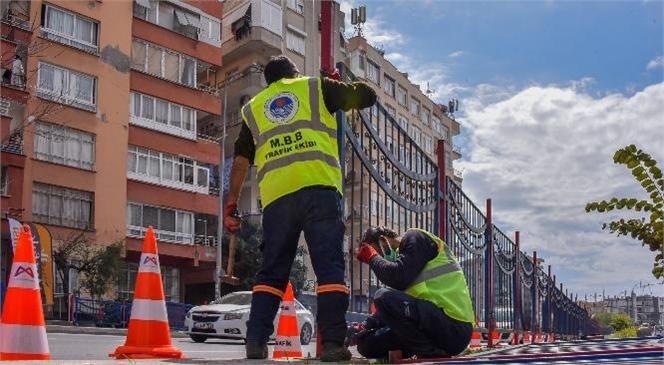 Mersin Büyükşehir, Refüjlere Yaya Güvenliği İçin Korkuluk Yapıyor