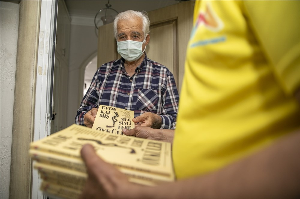 Mersin Büyükşehir Belediyesi, Tam Kapanma Sürecinde Evde Kalan 65 Yaş Üstü Vatandaşlara Kitap Sürprizi Yaptı