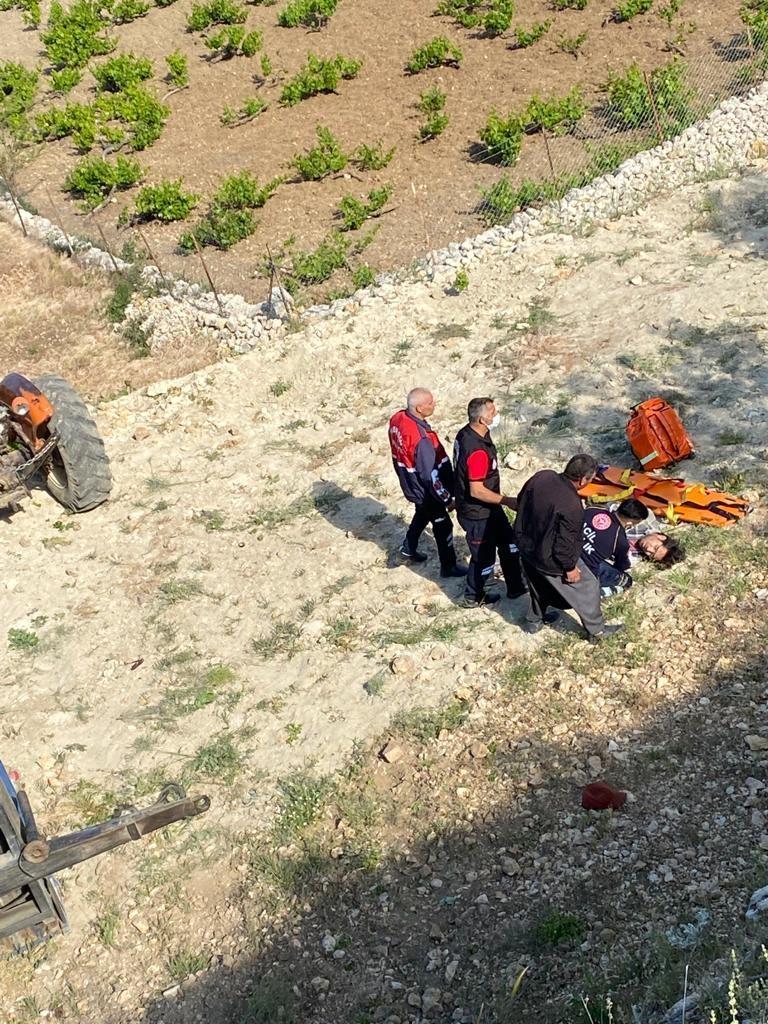 Mersin Gülnar'da Şarampole Yuvarlanan Traktörün Sürücüsü Yaralı Olarak Hastaneye Kaldırıldı
