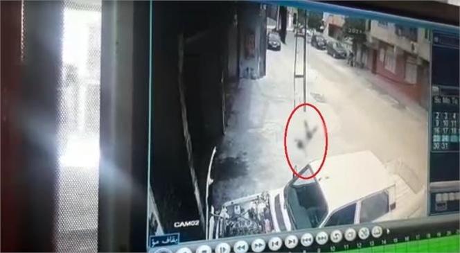 Mersin'de Evinin Balkonundan Düşerek Ağır Yaralanan Çocuğun Görüntüleri Güvenlik Kamerasına Yansıdı