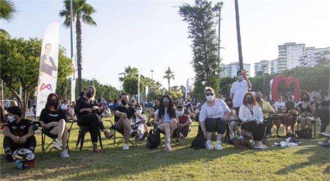 Mersinliler'e Açık Havada Konser Keyfi! Mersin Büyükşehir Sanatçılarla Mersinliler'i Bir Araya Getiriyor