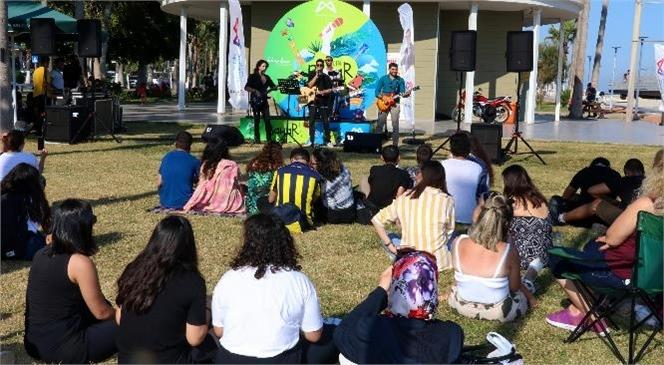 Mersin'de Gençler Bakkal'dan İçeceklerini Alıp Konsere Koştu