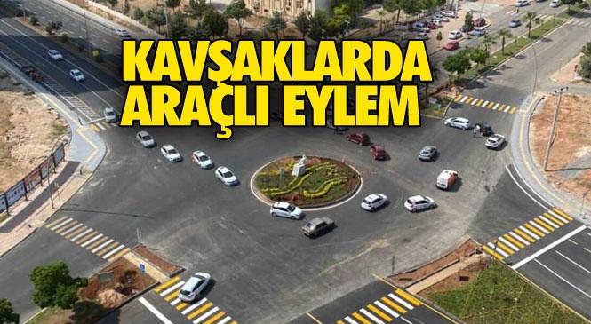 Mersin'de Yaşanan Kavşak Kazaları Nedeniyle Sürücü Kursları Yol Kapatarak Kavşak Eylemi Yaptı!