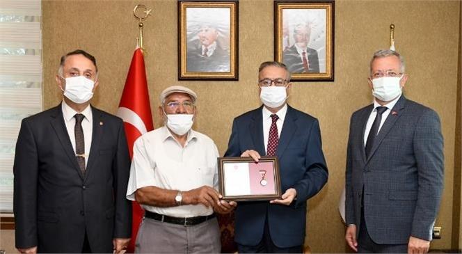 Mersin Valisi Ali İhsan Su Halil Uslu'ya Altın Madalya ve Berat Belgesi Takdim Etti