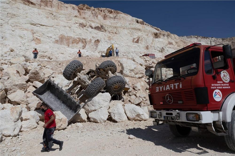 Mersin'de Devrilen İş Makinasının Altında Kalan Sürücüyü İtfaiye Kurtardı