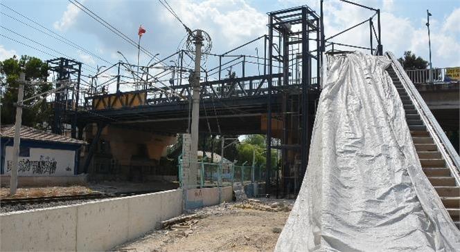 Mersin Büyükşehir'in Tarsus Atatürk Caddesi Üzerindeki Yaya Üst Geçidi Çalışması Sürüyor