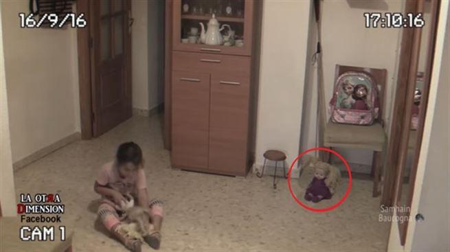 Kızı korkunca odalara kamera koyan baba, korkunç görüntüler kaydetti.