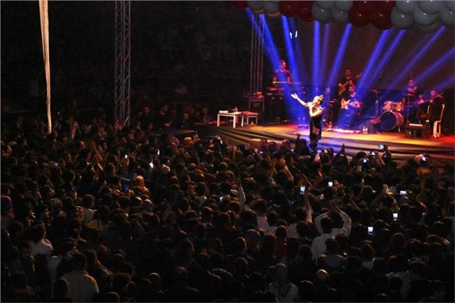 Kurtuluş Konserinde Demet Akalın Rüzgarı Esti