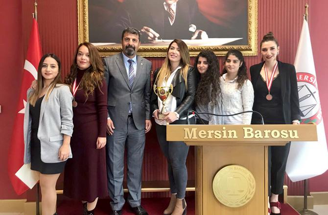 Mersin Barosu'nda Kupa Sevinci; Baro Bayan Voleybol Takımı Kupayla Döndü