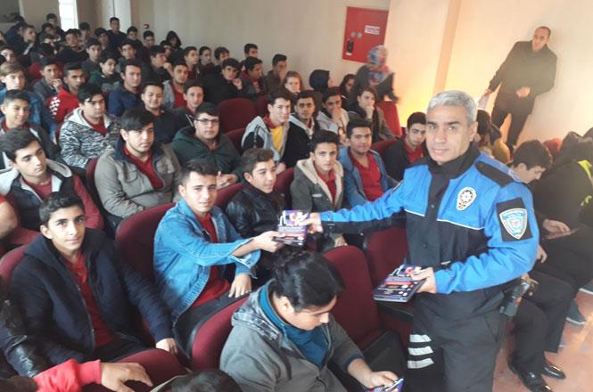 Mersin'de, Siber Polisten Lise ve Ortaokul Öğrencilerine Bilgilendirme