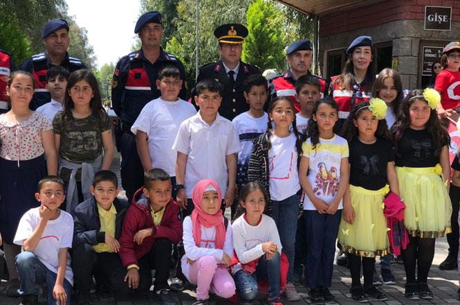 Tarsus Jandarması Çocukları Sevindirdi, Tarsus İlçe Jandarma Komutanlığı Köyde Okuyan Çocukları Hayvanat Bahçesine Götürdü