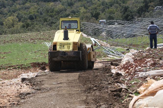 Erdemli Belediyesi, Tapureli Mahallesinde Stabilize Yol Çalışması Gerçekleştirdi