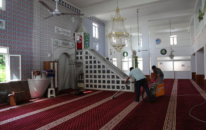 Erdemli Belediyesinden İbadethanelere Temizlik Hizmeti Devam Ediyor