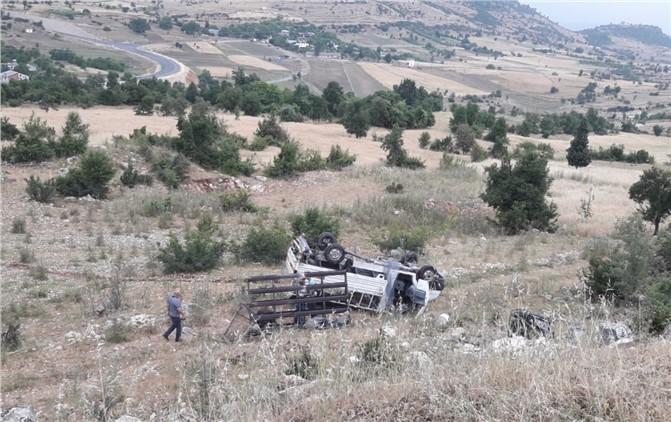 Çamlıyayla Yolunda Bir Araç Şarampole Yuvarlandı, Taklalar Atan Araçtaki İki Kişi Ölümden Döndü
