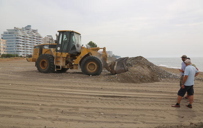 Erdemli Belediyesi, Arpaçbahşiş Sahil Temizliğini Gerçekleştirdi
