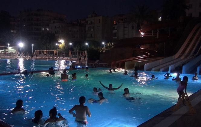 Tarsus kent Merkezinde Bulunan Tarsus Su Parkı Havuzunda, Aileler Canlı Müzik Eşliğinde Doyasıya Eğlendi