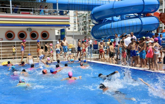 Erdemli Belediye Başkanı Tollu, Yüzme Kursiyerlerinin Katılım Belgesini Dağıttı
