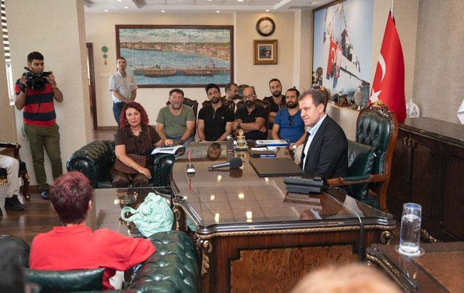 Mersin Büyükşehir Belediyesi Şehir Tiyatroları Oyuncuları, Başkan Seçer'i Makamında Ziyaret Etti