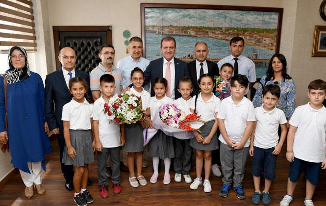 Mersin'de, Öğretmen ve Öğrenciler Yeni Eğitim Öğretimin Döneminin İlk Günü, Başkan Seçer'i Ziyaret
