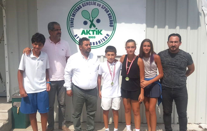 Büyükşehir'in Tenis Kulübü Performans Oyuncuları Afyon'dan Madalyayla Döndü
